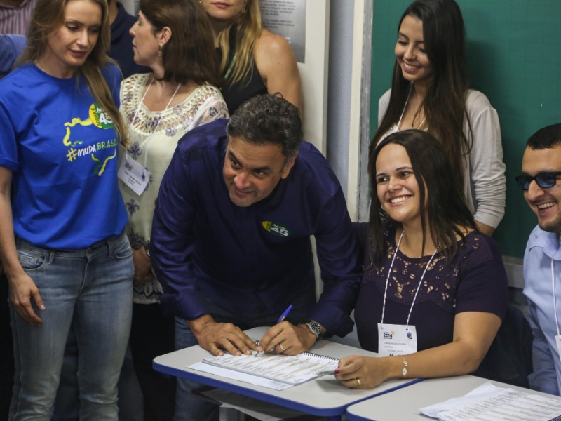 25.out.2014 - Aécio Neves (PSDB), candidato à Presidência, votou por volta de 10h30 na escola estadual Governador Milton Campos, no bairro de Lourdes, região centro-sul de Belo Horizonte. De acordo com a última pesquisa realizada pelo Datafolha, a atual presidente e candidata à reeleição, Dilma Rousseff (PT), tem 52% das intenções de votos válidos, enquanto Aécio tem 48%