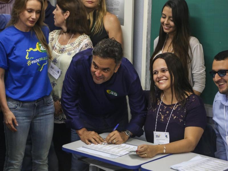 25.out.2014 - Aécio Neves (PSDB), candidato à Presidência, votou por volta de 10h30 na escola estadual Governador Milton Campos, no bairro de Lourdes, região centro-sul de Belo Horizonte. De acordo com a última pesquisa realizada pelo Datafolha, a atual presidente e candidata à reeleição, Dilma Rousseff (PT), tem 52% das intenções de votos válidos, enquanto Aécio tem 48%