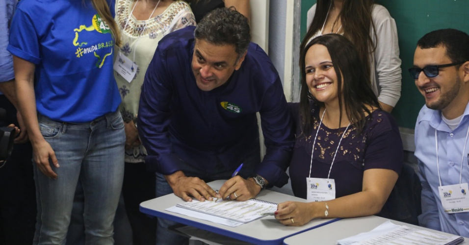26.out.2014 - Aécio Neves (PSDB), candidato à Presidência, votou por volta de 10h30 na escola estadual Governador Milton Campos, no bairro de Lourdes, região centro-sul de Belo Horizonte. De acordo com a última pesquisa realizada pelo Datafolha, a atual presidente e candidata à reeleição, Dilma Rousseff (PT), tem 52% das intenções de votos válidos, enquanto Aécio tem 48%