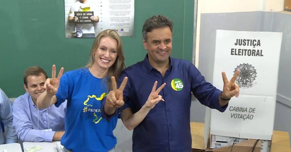 26.out.2014 - O candidato à Presidência pelo PSDB, Aécio Neves, votou acompanhado da esposa em Minas Gerais, na escola em que a atual presidente e candidata à reeleição, Dilma Rousseff (PT) fez o ensino médio. De acordo com a última pesquisa realizada pelo Datafolha, Dilma aparece com 52% das intenções de votos válidos, enquanto Aécio tem 48%