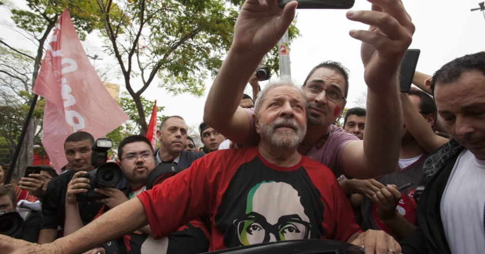 """25.out.2014 - O ex-presidente Lula posa para """"selfie"""" com militante durante ato em apoio à candidatura da presidente Dilma Rousseff (PT) à reeleição, em São Bernardo do Campo, na grande São Paulo"""