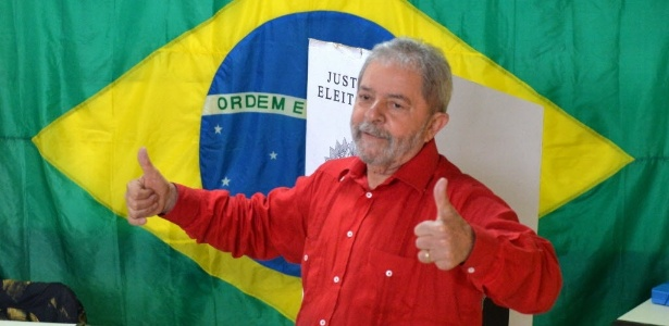 O ex-presidente Lula posa para fotos após votar, em 2014