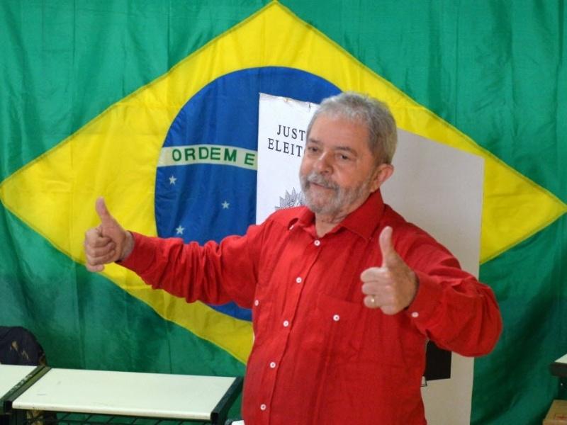 26.out.2014 - O ex-presidente Lula vota no segundo turno das eleições neste domingo (26), em São Bernardo do Campo (SP)