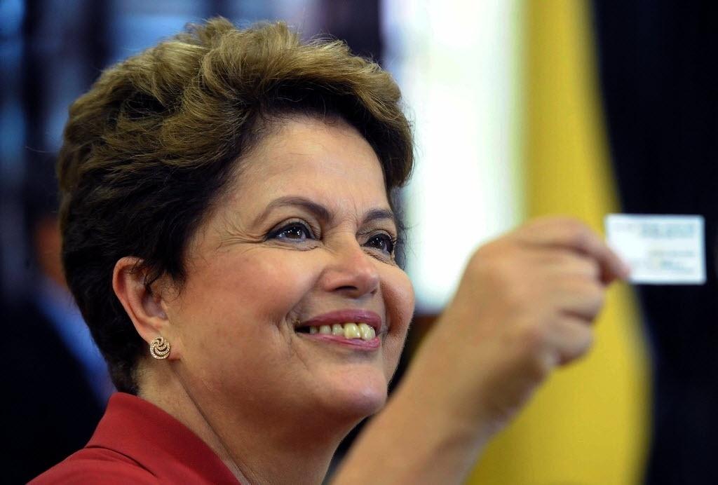 26.out.2014 - A presidente e candidata à reeleição pelo PT, Dilma Rousseff, vota no segundo turno das eleições neste domingo, na escola Santos Dumont, que fica na Vila Assunção, zona sul de Porto Alegre (RS). De acordo com pesquisa Datafolha deste sábado (24), a presidente aparece com 52% das intenções de votos válidos, contra 48% de Aécio Neves (PSDB)