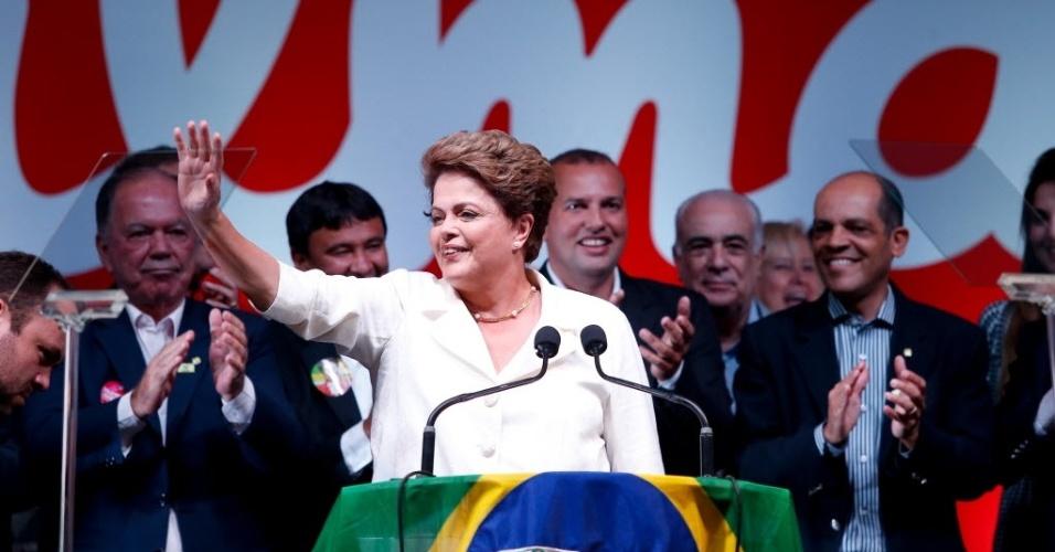 26.out.2014 - A presidente reeleita Dilma Rousseff discursa para militância durante comemoração do resultado das eleições presidenciais, em um hotel ao lado do Palácio da Alvorada, em Brasília, neste domingo (26)