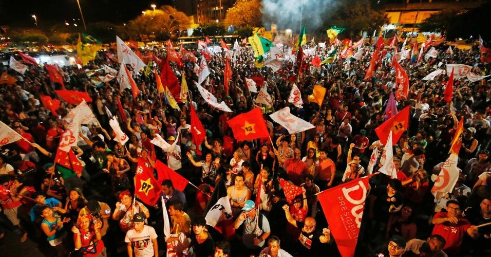 26.out.2014 - Apoiadores do PT comemoram após confirmação da reeleição da presidente Dilma Rousseff neste domingo (26), em Porto Alegre, no Rio Grande do Sul