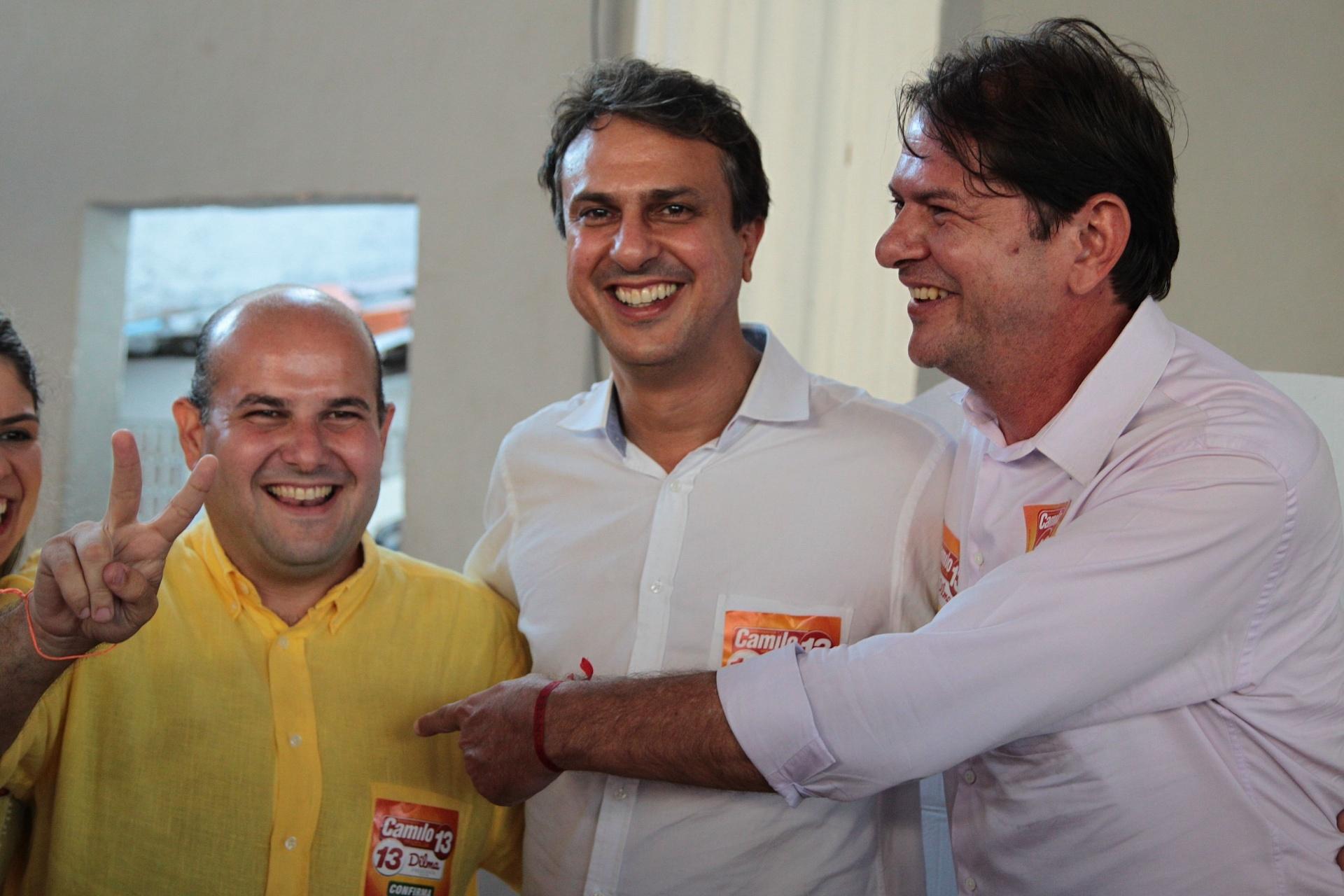 26.out.2014 - Camilo Santana (PT, centro) é eleito governador do Ceará, neste domingo. Camilo é o candidato apoiado pelo atual governador, Cid Gomes (PROS, à direita)