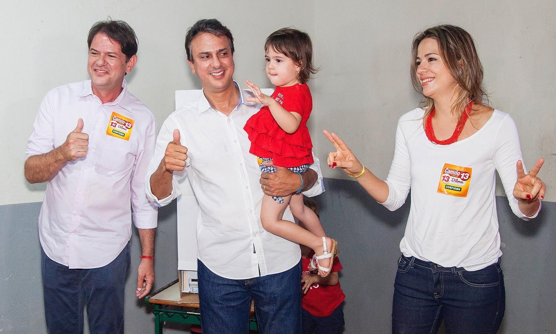 26.out.2014 - Camilo Santana (PT) comparece às urnas acompanhado da família em Caldas, distrito de Barbalha (CE), neste domingo (26). Ele é candidato ao governo do Estado, e, segundo a última pesquisa Datafolha, tem 57% das intenções de voto, contra 43% de seu opositor, Eunício Oliveira (PMDB)