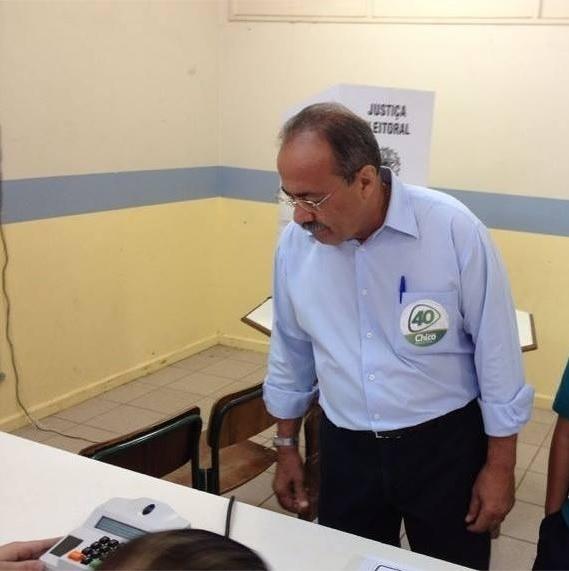 26.out.2014 - Chico Rodrigues, candidato pelo PSB ao governo de Roraima, votou neste domingo (26) na escola estadual Monteiro Lobato, em Boa Vista. De acordo com pesquisa Ibope divulgada neste sábado (25), Suely Campos (PP) está à frente na corrida eleitoral. Ela aparece com 56% das intenções de voto, contra 44% do seu adversário, o atual governador do Estado, Chico Rodrigues (PSB), considerando apenas os votos válidos