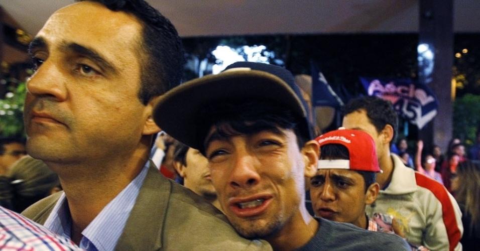 26.out.2014 - Eleitor chora após derrota do candidato à Presidência pelo PSDB, Aécio Neves, neste domingo (26), em Belo Horizonte (MG). Após uma campanha de intensa polarização no segundo turno, quem venceu a disputa foi a candidata à reeleição Dilma Rousseff (PT)