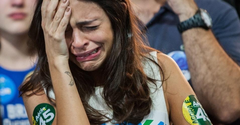26.out.2014 - Eleitora chora a derrota do candidato à Presidência pelo PSDB, Aécio Neves, neste domingo (26), Após uma campanha de intensa polarização no segundo turno, quem venceu a disputa foi a candidata à reeleição Dilma Rousseff (PT) no diretório do partido em São Paulo