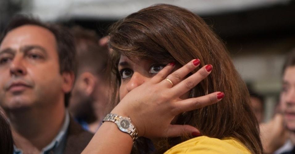 26.out.2014 - Eleitora chora a derrota do candidato à Presidência pelo PSDB, Aécio Neves, neste domingo (26), no diretório do partido em São Paulo. Após uma campanha de intensa polarização no segundo turno, quem venceu a disputa foi a candidata à reeleição Dilma Rousseff (PT)