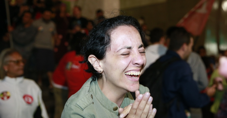 26.out.2014 - Eleitora chora durante comemoração do resultado do segundo turno das eleições presidenciais, na avenida Paulista, em frente ao prédio da Gazeta, na região central de São Paulo, neste domingo (26). A presidente Dilma Rousseff (PT) foi reeleita