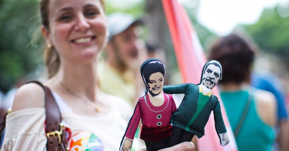 26.out.2014 - Eleitora segura bonequinhos de pano da candidata à reeleição, presidente Dilma Rousseff (PT), e do ex-presidente Luiz Inácio Lula da Silva, na zona sul do Rio de Janeiro