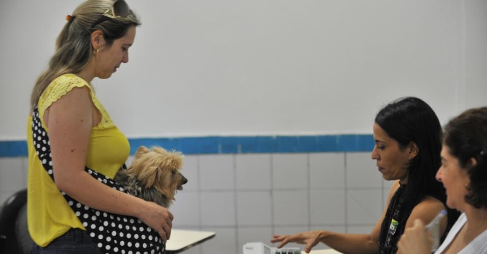 26.out.2014 - Eleitora vota com cachorro a tiracolo, em Brasília, no Distrito Federal, neste domingo (26)