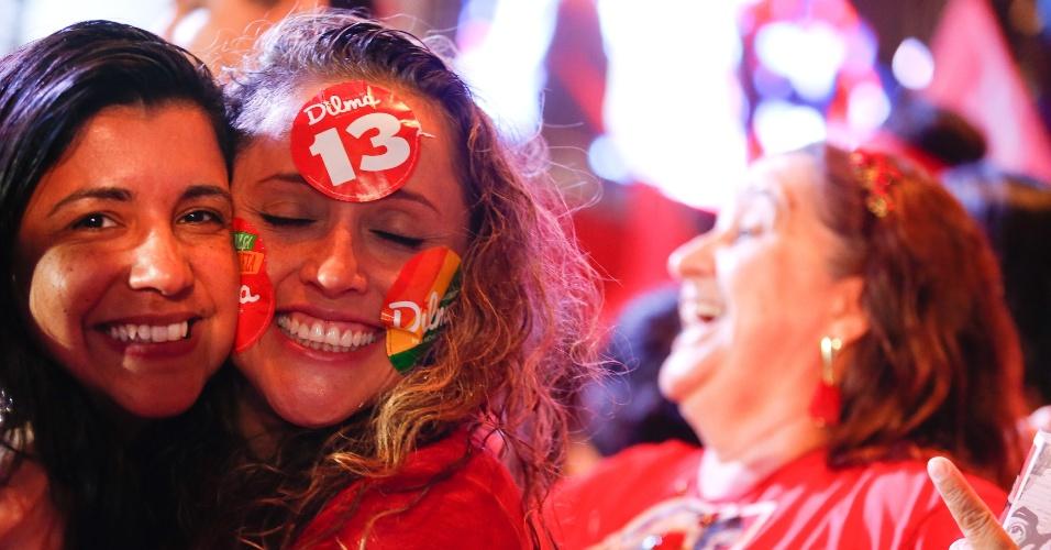 26.out.2014 - Eleitoras se abraçam durante comemoração do resultado do segundo turno das eleições presidenciais, em Brasília, neste domingo (26). A presidente Dilma Rousseff foi reeleita