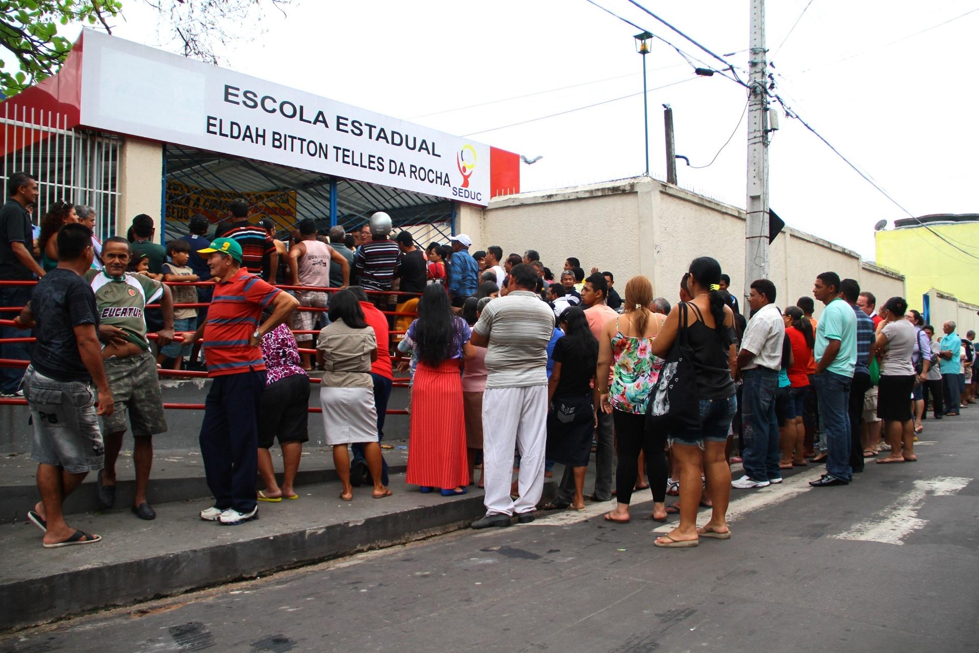 26.out.2014 - Eleitores fazem fila para votar no colégio Eldah Bitton Teles da Rocha, maior colégio eleitoral de Manaus (AM), onde votam cerca de 11 mil eleitores, na manhã deste domingo (26). A eleição começou com 2 horas de diferença em relação ao horário de Brasília, e, pela primeira vez na história do Estado, vai contar com uma disputa em segundo turno para governador