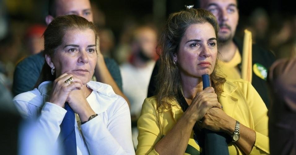 26.out.2014 - Eleitores lamentam a derrota do candidato à Presidência pelo PSDB, Aécio Neves, neste domingo (26), em Belo Horizonte (MG). Após uma campanha de intensa polarização no segundo turno, quem venceu a disputa foi a candidata à reeleição Dilma Rousseff (PT)