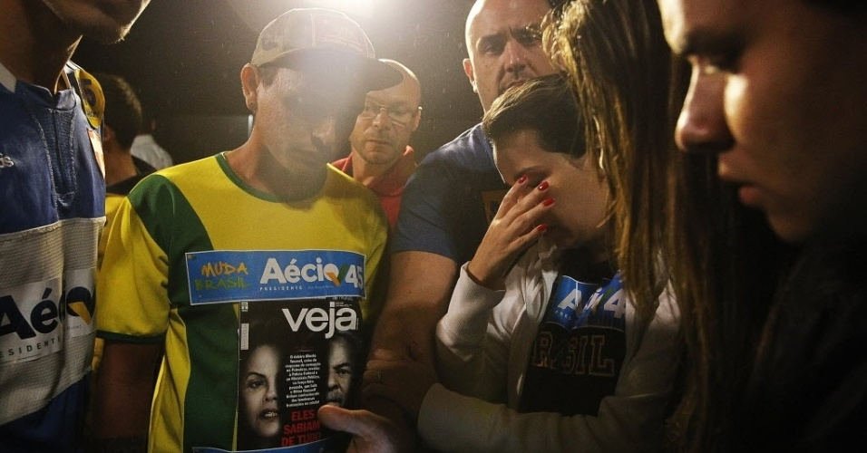 26.out.2014 - Eleitores lamentam a derrota do candidato à Presidência pelo PSDB, Aécio Neves, neste domingo (26), na avenida Paulista. Após uma campanha de intensa polarização no segundo turno, quem venceu a disputa foi a candidata à reeleição Dilma Rousseff (PT)