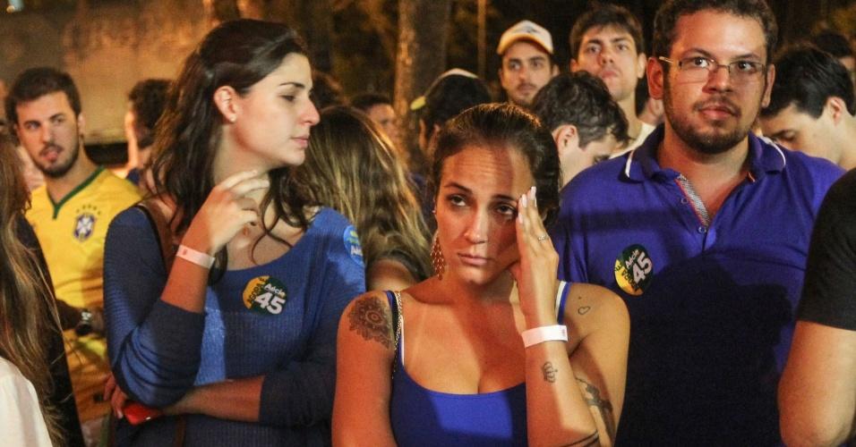 26.out.2014 - Eleitores lamentam a derrota do candidato à Presidência pelo PSDB, Aécio Neves, neste domingo (26), na praça Santos Dumont, na Gávea, zona sul do Rio de Janeiro. Após uma campanha de intensa polarização no segundo turno, quem venceu a disputa foi a candidata à reeleição Dilma Rousseff (PT)