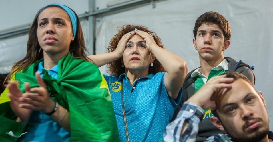 26.out.2014 - Eleitores lamentam a derrota do candidato à Presidência pelo PSDB, Aécio Neves, neste domingo (26), no diretório do partido em São Paulo. Após uma campanha de intensa polarização no segundo turno, quem venceu a disputa foi a candidata à reeleição Dilma Rousseff (PT)