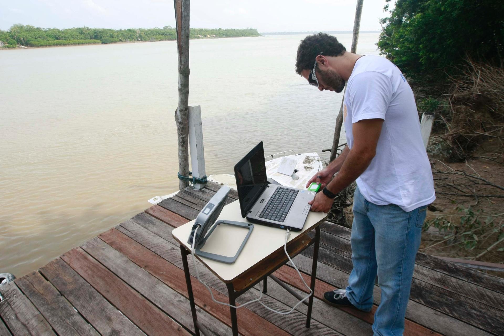 26.out.2014 - Funcionário da Justiça Eleitoral prepara equipamento para transmitir a contagem de votos por satélite para Belém, das regiões mais isoladas do interior do Pará, neste domingo
