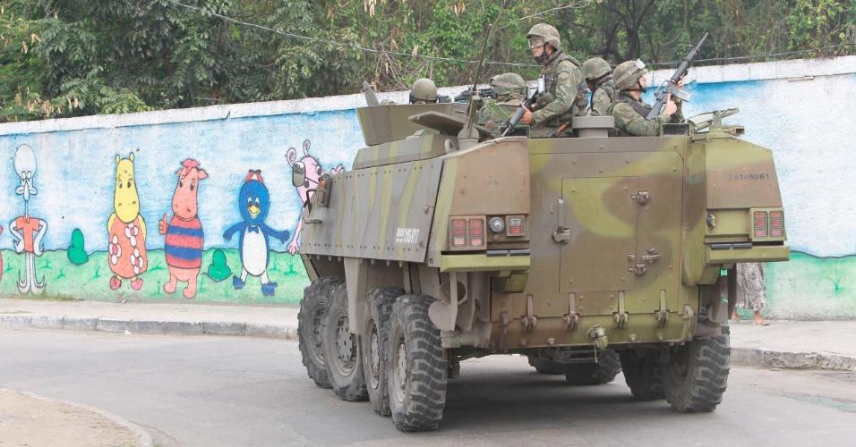26.out.2014 - Fuzileiros navais reforçam segurança no Complexo da Maré, zona norte do Rio de Janeiro, no dia em que acontece o 2º turno das eleições