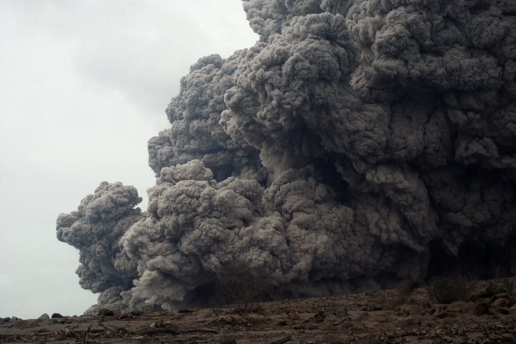 26.out.2014 - Gigantes nuvens de cinza saem da cratera do vulcão no monte Sinabung, na ilha de Sumatra, na Indonésia, neste domingo (26). A fumaça atinge dois quilômetros de distância e ameaça aldeias da região. As últimas vezes que o vulcão entrou em erupção foram em setembro de 2013 e em fevereiro de 2014