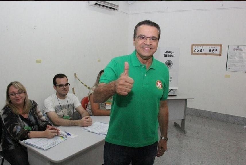 26.out.2014 - Henrique Alves, candidato do PMDB ao governo do Rio Grande do Norte, votou neste domingo (26). Pesquisa Ibope divulgada neste sábado (25) mostra que o vice-governador Robinson Faria (PSD) continua liderando a disputa do governo do Rio Grande do Norte, com 54% das intenções de voto válidos, neste segundo turno. Alves (PMDB), obteve 46%