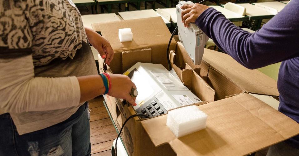 26.out.2014 - Horário de votação termina e urnas eletrônicas são desmontadas, em Franca (SP)