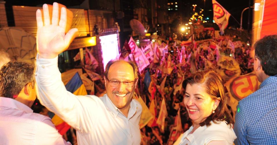 26.out.2014 - Ivo Sartori, governador eleito do Rio Grande do Sul, participa de ato de comemoração a sua vitória no segundo turno das eleições, em Porto Alegre, neste domingo (26). Ele venceu o pleito com 61,21% dos votos válidos