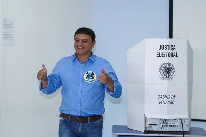 26.out.2014 - Márcio Bittar (PSDB), candidato ao governo do Acre, vota em Rio Branco neste domingo (26). Em pesquisa Ibope divulgada no sábado (25), o candidato aparece com 45% das intenções de voto, enquanto Tião Viana (PT), candidato à reeleição no governo, tem 45%