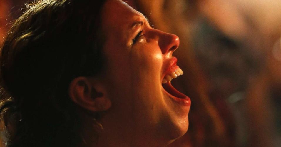 26.out.2014 - Militante do PT chora após confirmação da reeleição da presidente Dilma Rousseff neste domingo (26), em Porto Alegre, no Rio Grande do Sul