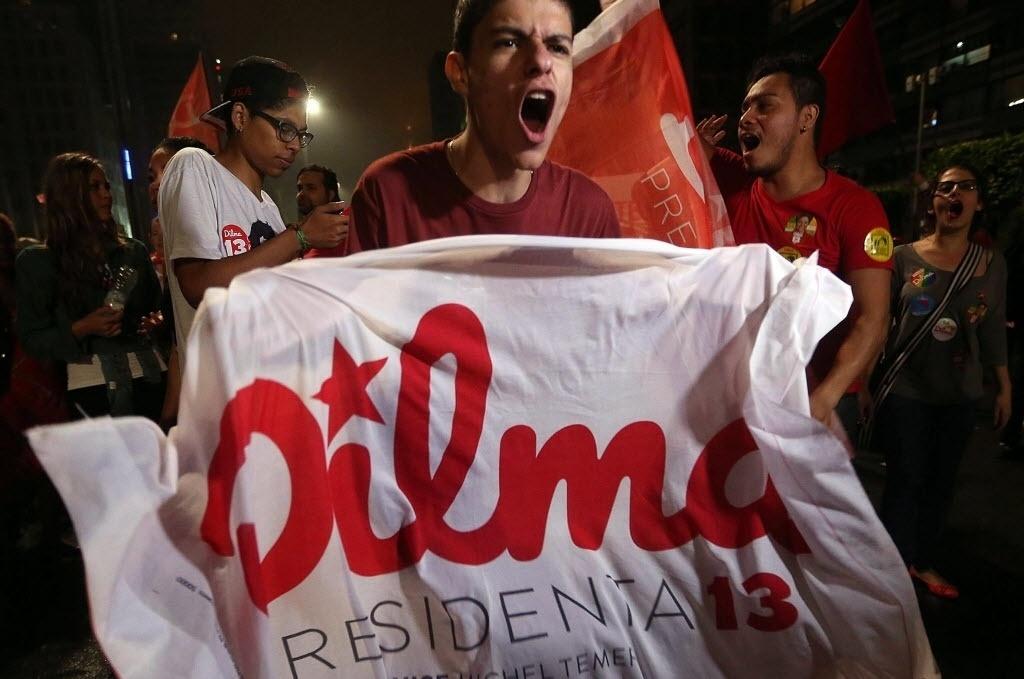 26.out.2014 - Militantes do PT comemoram a reeleição da presidente Dilma Rousseff neste domingo, na avenida Paulista, em São Paulo