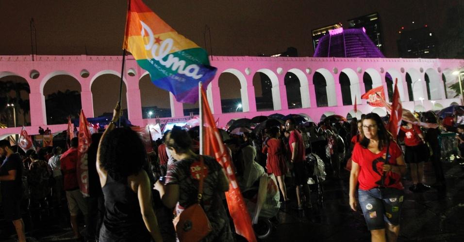 26.out.2014 - Militantes do PT comemoram a reeleição da presidente Dilma Rousseff nos Arcos da Lapa, no centro do Rio de Janeiro, na noite deste domingo (26). Dilma venceu de maneira apertada o senador Aécio Neves, candidato do PSDB ao Planalto