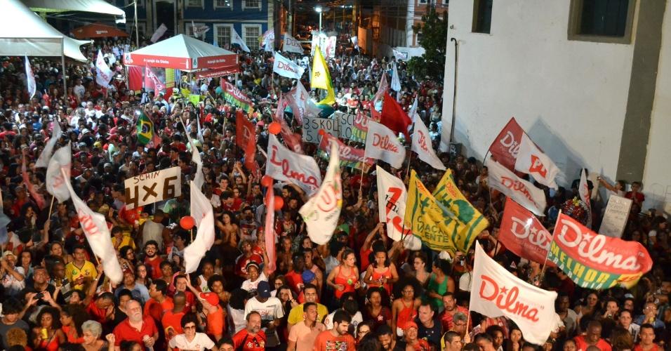 26.out.2014 - Militantes do PT comemoram vitória da presidente Dilma Rousseff em Salvador, na Bahia, na noite deste domingo (26)