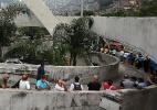 Moradores da favela da Rocinha fazem fila para votar em uma escola no Rio - Julio Cesar Guimaraes/UOL