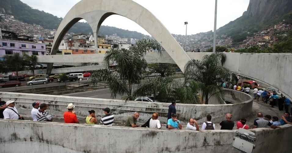 26.out.2014 - Moradores da favela da Rocinha fazem fila em uma passarela esperando o início da votação em uma escola no Rio de Janeiro
