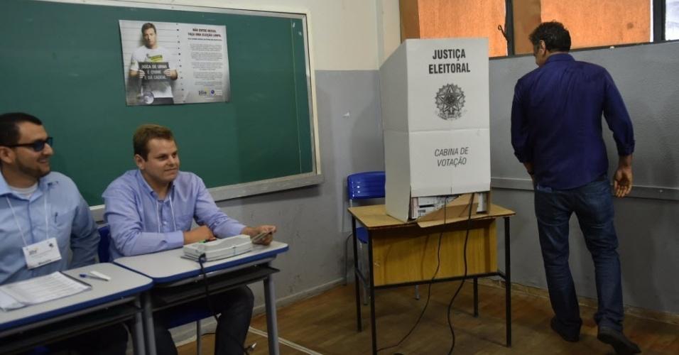 26.out.2014 - O candidato à presidência, Aécio Neves (PSDB), se dirige à urna para votar em Belo Horizonte (MG) na manhã deste domingo (26). De acordo com a última pesquisa realizada pelo Datafolha, Dilma aparece com 52% das intenções de votos válidos, enquanto Aécio tem 48%