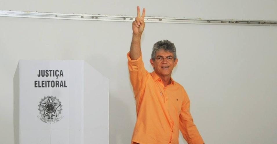26.out.2014 - O candidato à reeleição pelo PSB ao governo da Paraíba, Ricardo Coutinho, votou na manhã deste domingo (26)  no bairro do Cabo Branco, em João Pessoa. Coutinho lidera as pesquisas de intenção de voto com 53%. O candidato do PSDB, Cássio Cunha Lima tem 47%, segundo a pesquisa Ibope