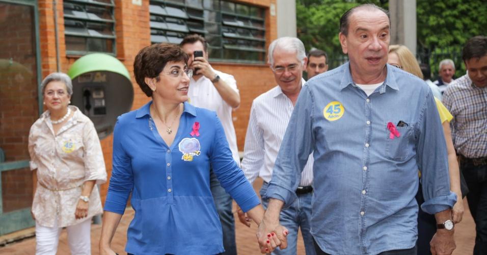 26.out.2014 - O candidato à vice-presidência pela chapa de Aécio Neves, o senador Aloysio Nunes Ferreira (PSDB), votou na manhã deste domingo (26) na Faculdade Dom Pedro, em São José do Rio Preto (SP). Depois de votar, Nunes foi para Belo Horizonte (MG), de onde acompanha a apuração dos votos ao lado de Aécio. De acordo com pesquisa Datafolha deste sábado (24), Dilma Rousseff (PT) aparece com 52% das intenções de votos válidos, contra 48% de Aécio Neves (PSDB)
