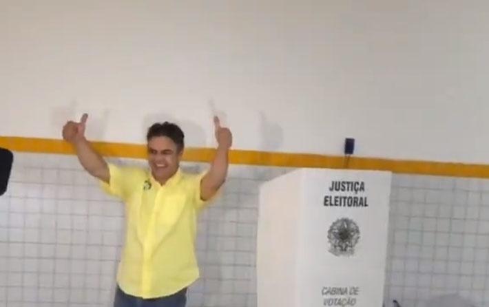 26.out.2014 - O candidato ao governo da Paraíba Cássio Cunha Lima (PSDB) votou no fim da manhã deste domingo (26), no colégio Estadual da Prata, em Campina Grande. Cunha Lima tem 41% das intenções de voto, atrás do candidato do PDB, Ricardo Coutinho, que tem 53%, segundo a pesquisa Ibope