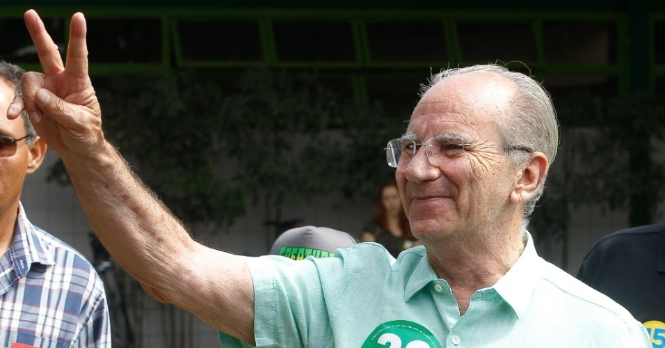 26.out.2014 - O candidato ao governo do Distrito Federal, Jofran Frejat (PR), votou na manhã deste domingo (26), no Colégio Sigma, em Brasília