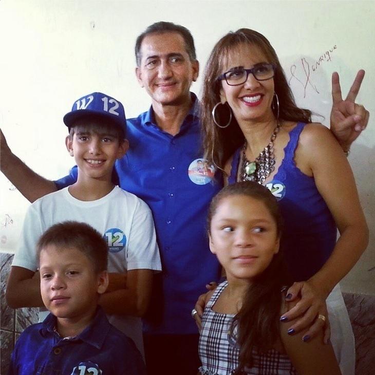 26.out.2014 - O candidato ao governo do Estado do Amapá, Waldez Góes (PDT), vota ao lado da família no segundo turno das eleições neste domingo (26). De acordo com pesquisa Ibope, ele tem 62% das intenções de voto no Estado, contra 38% de Camilo Capiberibe (PSB)