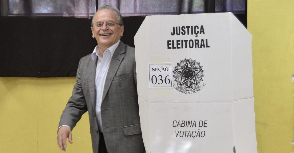 26.out.2014 - O candidato ao Governo do Estado do RS, Tarso Genro (PT), vota acompanhando a candidata a presidente Dilma Rousseff (PT) neste domingo em Porto Alegre (RS). Segundo pesquisa Datafolha, Tarso Genro tem 40% das intenções de voto no Estado, e seu concorrente, José Ivo Sartori (PMDB), tem 60%