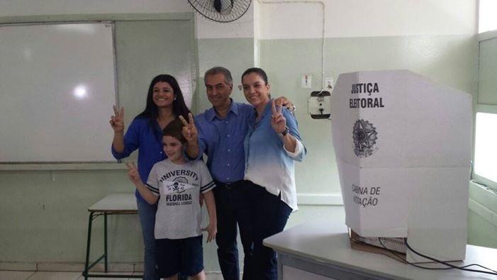 26.out.2014 - O candidato ao governo do Mato Grosso do Sul pelo PSDB, Reinaldo Azambuja, votou na manhã deste domingo (26), acompanhado pela família em Campo Grande. Azambuja está tecnicamente empatado com o candidato do PT, Delcídio do Amaral, nas intenções de voto. Segundo o Ibope Azambuja tem 49% das intenções e Delcídio 51%