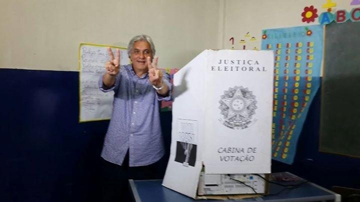 26.out.2014 - O candidato ao governo do Mato Grosso do Sul pelo PT, Delcídio do Amaral, votou na manhã deste domingo (26), em Corumbá. Azambuja está tecnicamente empatado com o candidato do PT, Delcídio do Amaral, nas intenções de voto. Segundo o Ibope Azambuja tem 49% das intenções e Delcídio 51%
