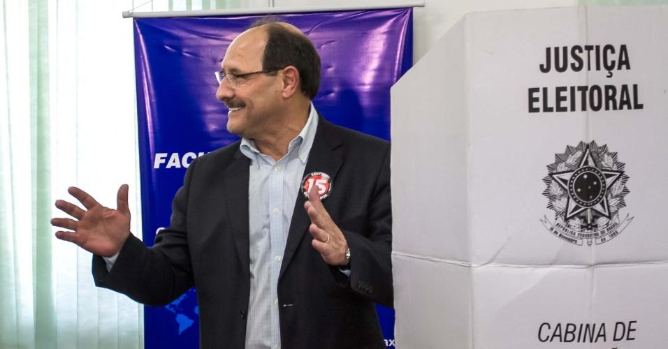 26.out.2014 - O candidato ao governo do Rio Grande do Sul, José Ivo Sartori, vota em Caxias do Sul (RS), neste domingo (26). Segundo pesquisa Datafolha, Sartori tem 60% das intenções de voto no Estado, e seu concorrente, Tarso Genro (PT), tem 40%