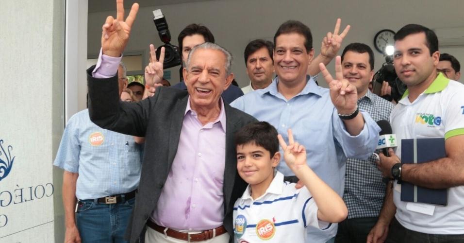 26.out.2014 - O candidato do PMDB ao governo de Goiás, Iris Rezende, votou na manhã deste domingo (26) em Goiânia. Rezende tem 40% das intenções de voto, atrás do candidato do PSDB, Marconi Perillo, que tem 60%, segundo a pesquisa Ibope