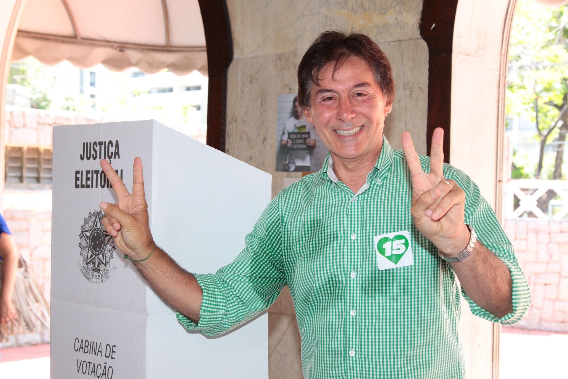 26.out.2014 - O candidato do PMDB ao Governo do Estado do Ceará, Eunício Oliveira, vota no Clube Náutico, no bairro Meireles, em Fortaleza (CE), neste domingo (26), segundo turno das eleições 2014. Segundo pesquisa feita pelo Datafolha, Eunício está com 43% das intenções de votos, contra 57% do seu adversário político, Camilo Santana (PT)